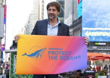 Javier Bardem entrega el premio Lurra de Greenpeace en el Festival de cine de San Sebastián