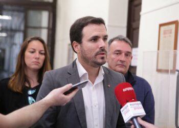 """Garzón plantea al Gobierno que valore """"incrementar las becas"""" y garantice que no haya abandonos de estudios"""