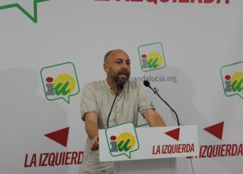Ernesto Alba (IU): «El Gobierno andaluz utiliza a Vox de tapadera para bajar los impuestos a los ricos y privatizar por la puerta de atrás»