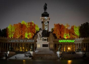 """Greenpeace """"incendia"""" el Retiro de Madrid para alertar sobre la crisis forestal mundial"""