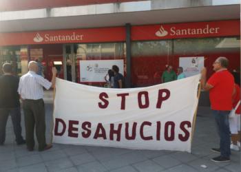 Concentración en la puerta del Banco Santander en el barrio de la Chana