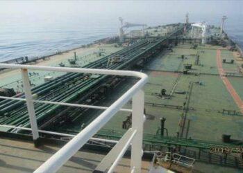 Petrolero iraní golpeado por dos misiles cerca del puerto de Yida
