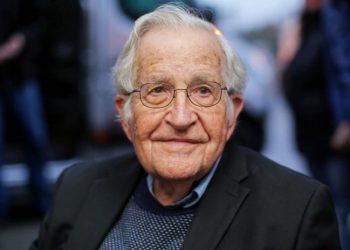 "Noam Chomsky sobre Chile: ""Era previsible tras 40 años de asalto neoliberal a la población»"