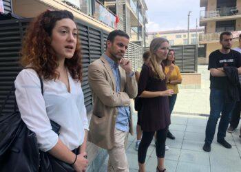 Jaume Asens i Aïda Llauradó visiten els veïns i veïnes del carrer Indústria afectats per una pujada del 82% del lloguer