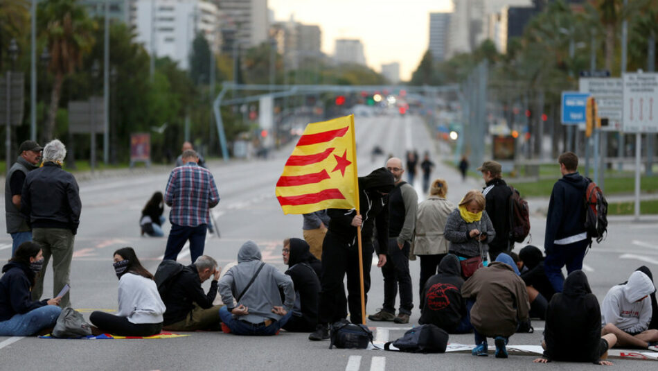 Grupo de neonazis da una brutal paliza a un joven antifascista durante las protestas en Barcelona