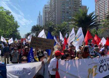 Arranca multitudinaria marcha contra el gobierno de Chile. Violenta detención de militantes comunistas