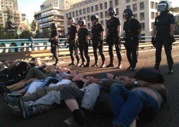 La policía dasaloja por la fuerza a los activistas que bloqueaban el el puente de Nuevos Ministerios para exigir medidas contra la emergencia climática