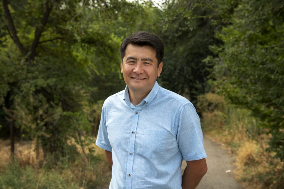 Un abogado de Kirguistán especializado en Derechos Humanos recibe el Premio Nansen para los Refugiados de ACNUR