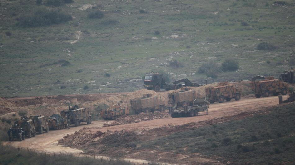 Turquía despliega un gran contingente militar en la frontera con Siria tras el anuncio de una incursión inminente