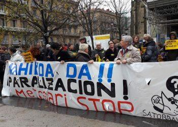 Vecinos de San Sebastián se manifiestan contra las obras del Metro tras el derrumbe en la avenida Zarautz