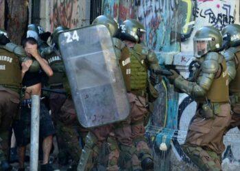Acusan a la policía chilena de homicidio por impedir la atención médica de emergencia a un joven