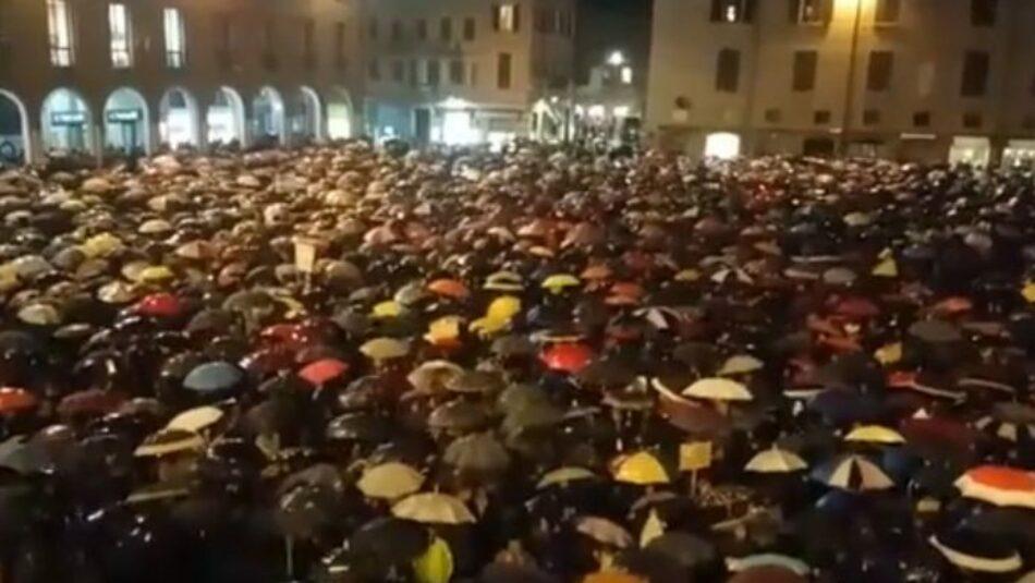 7.000 personas cantan en Módena el himno antifascista «Bella Ciao» frente a Matteo Salvini