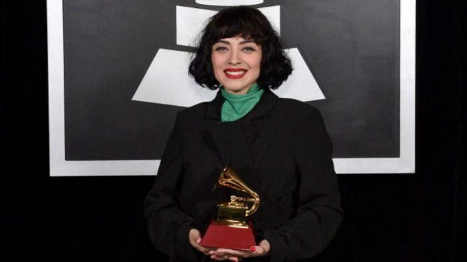 """""""En Chile torturan, violan y matan"""". El potente mensaje de Mon Laferte en la alfombra roja de los Grammy Latinos"""