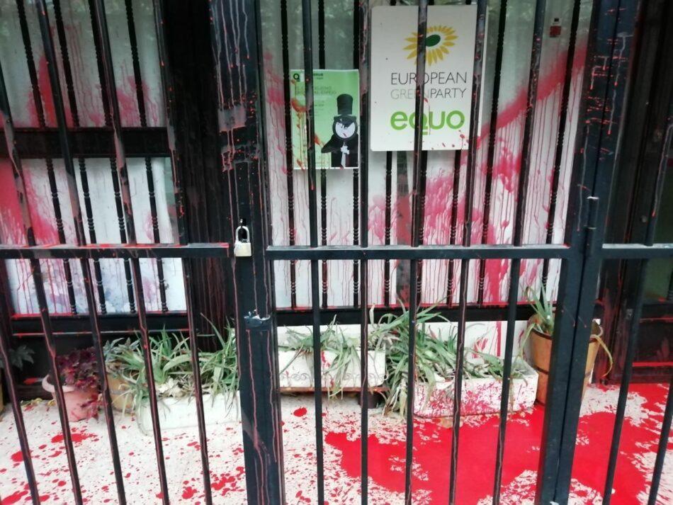 EQUO condena el ataque realizado a su sede, que ha amanecido cubierta de rojo