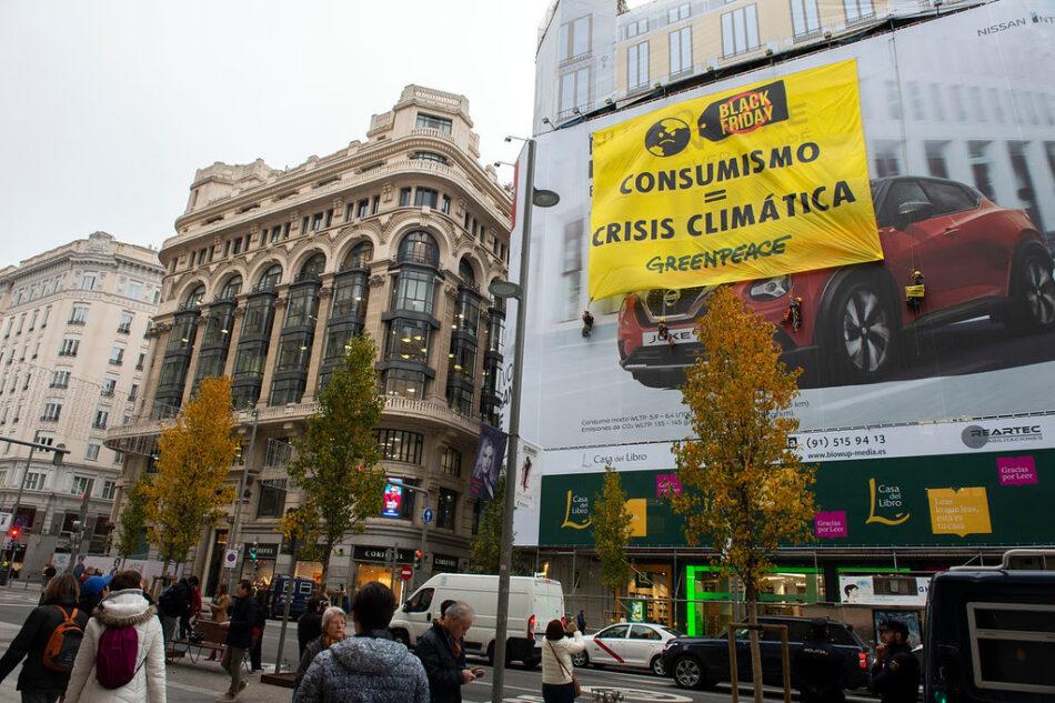 Black Friday: activistas de Greenpeace irrumpen en las tiendas del centro de Madrid para denunciar que el consumismo agrava la crisis climática