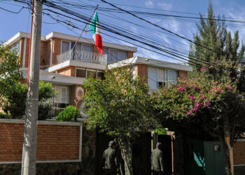 Aumenta presencia policial en embajada de México en Bolivia