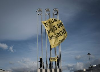 Escaladores de Greenpeace cuelgan pancartas frente a la COP para pedir un acuerdo justo y que no se negocie con el clima