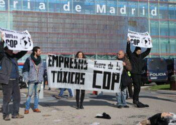 Organizaciones ecologistas protagonizan en Madrid una protesta contra la presencia de empresas contaminantes en la COP25