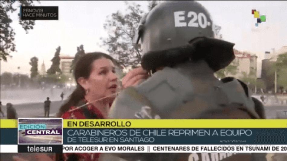 Carabineros de Chile reprimen equipo periodístico de TeleSUR en Santiago