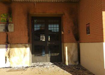 Aparecen quemadas las puertas moradas del IES Antonio de Ulloa