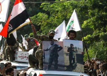 Manifestantes atacan la embajada de Estados Unidos en Bagdad en las protestas contra el bombardeo a las fuerzas populares