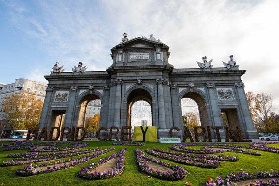 Greenpeace cambia las letras de 'Madrid Green Capital' de la Puerta de Alcalá por 'Madrid Grey Capital' para exigir medidas reales contra la crisis climática