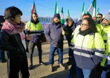 Teresa Rodríguez muestra su apoyo a los trabajadores despedidos por la subcontrata de Alestis
