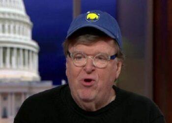 Michael Moore: Bernie Sanders podría vencer a Trump en 2020