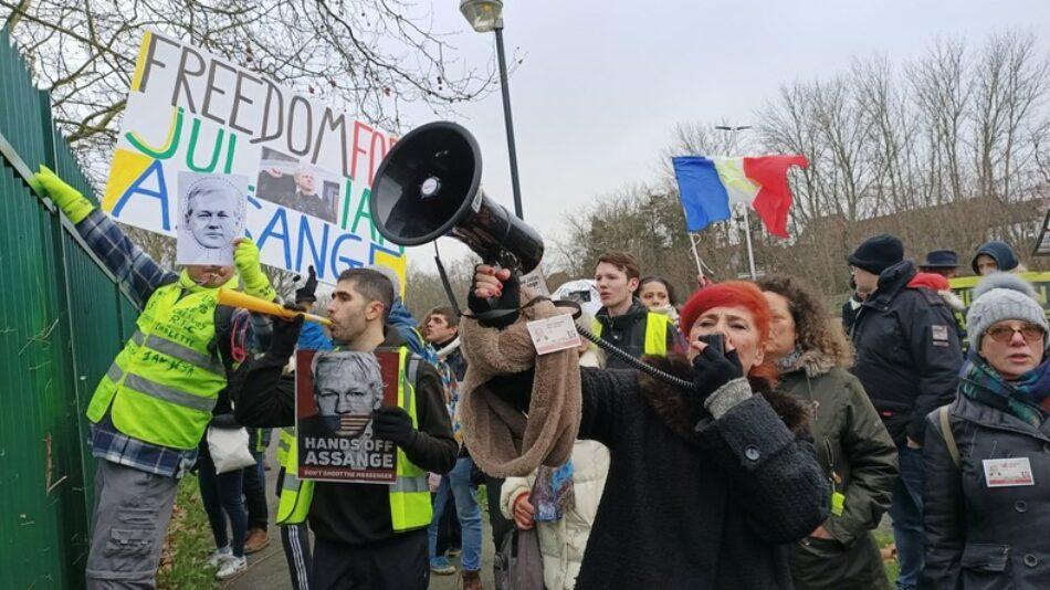Chalecos amarillos franceses se manifestaron frente a la prisión británica contra la extradición de Assange a EEUU