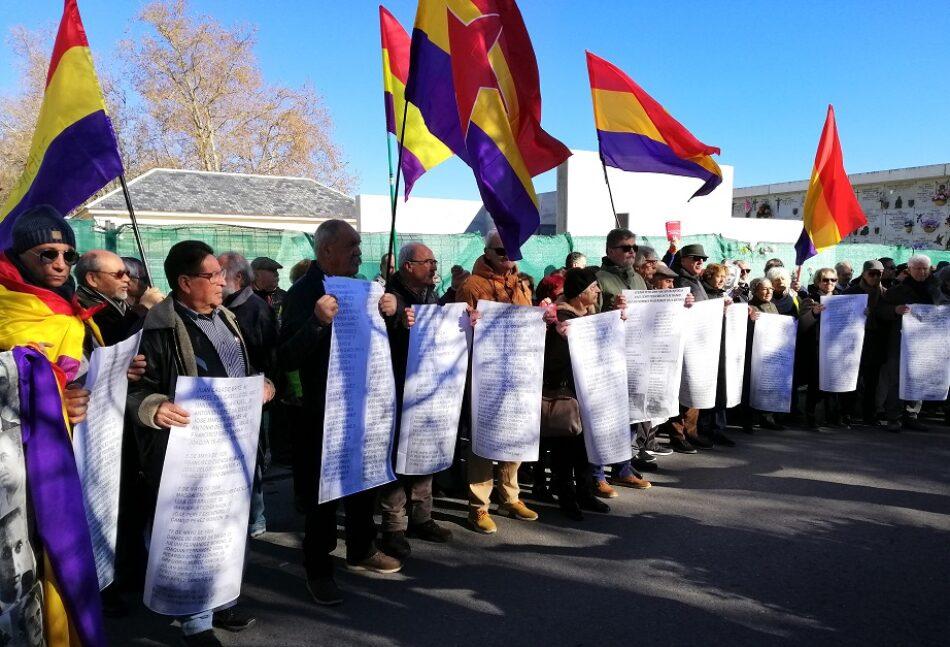 """Activistas de la memoria """"reponen"""" los nombres de las víctimas retirados por el Ayuntamiento en el Memorial Cementerio del Este de Madrid"""