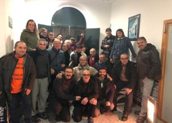 Activistas por el tren rural andaluz protagonizan un encierro en la estación de Pedrera