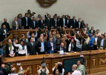 Guaidó y Cía entran a la fuerza en el hemiciclo Legislativo