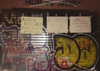 La vecindad de Aluche se concentra a las puertas de un local de apuestas ante su inminente apertura