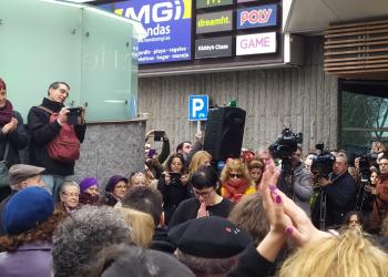 Pamela Valenciano representa su monólogo «No solo duelen los golpes» frente a la Asamblea de Madrid, tras su censura