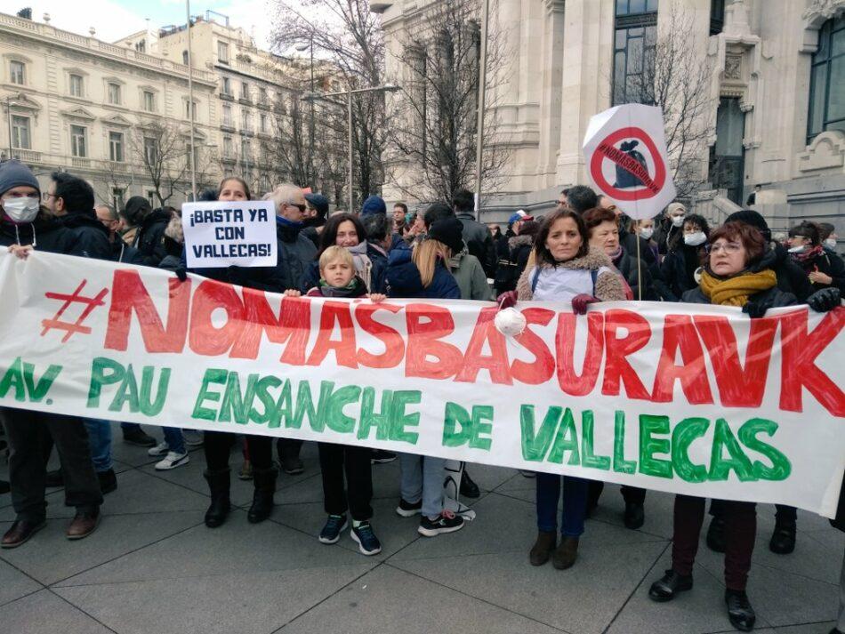Cientos de vecinos de Vallecas trasladan la protesta contra Valdemingómez al ayuntamiento de Madrid