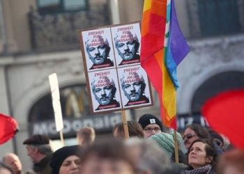 Médicos denuncian que Julian Assange es victima de tortura psicológica