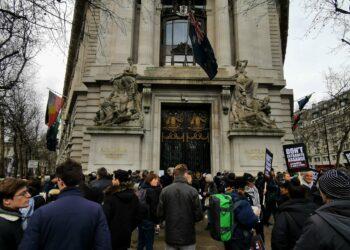 Artistas y activistas exigen la liberación de Julian Assange en Londres