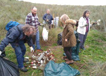 Mejora ambiental en el río Tajo en Castrejón retirando 2.000 litros de residuos