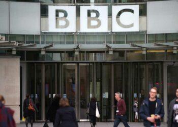 Boris Johnson reanuda sus ataques al modelo de la BBC