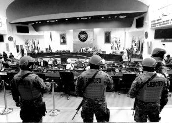 Presidente de El Salvador militariza parlamento