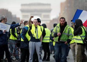 'Chalecos amarillos' desafían a Macron y al coronavirus y vuelven a las calles de París