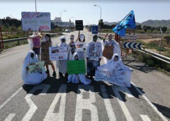 Extinction Rebellion protagoniza una acción contra la multinacional SABIC en Cartagena