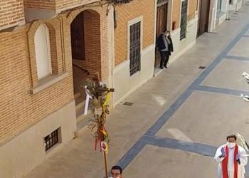 Párroco y cura se saltan la cuarentena y procesionan en plena calle durante el Domingo de Ramos, en Miguel Esteban (Toledo)