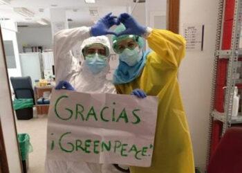 Pancartas míticas de Greenpeace convertidas en batas protectoras ante el Covid para personal de residencias