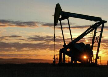 La OPEP+ baraja un recorte de producción petrolífera