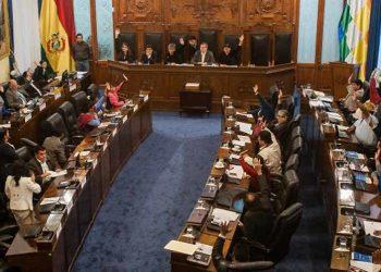 Bolivia: El gobierno de facto amenaza con cárcel a la oposición si no acepta aprobar ascensos militares