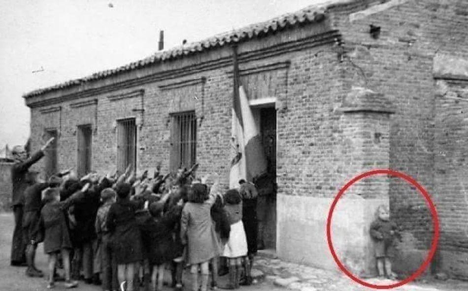 La foto del niño que se escondió y no quería cantar el «Cara al sol»