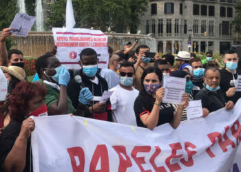 Una multitud de personas migrantes exigieron en las calles la regularización de sus residencias: «Papeles para todxs»
