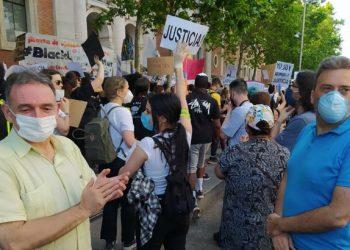 """Enrique Santiago muestra desde la concentración ante la Embajada de EE.UU su """"solidaridad"""" con quienes se movilizan en todo el mundo contra el racismo por el asesinato de George Floyd"""
