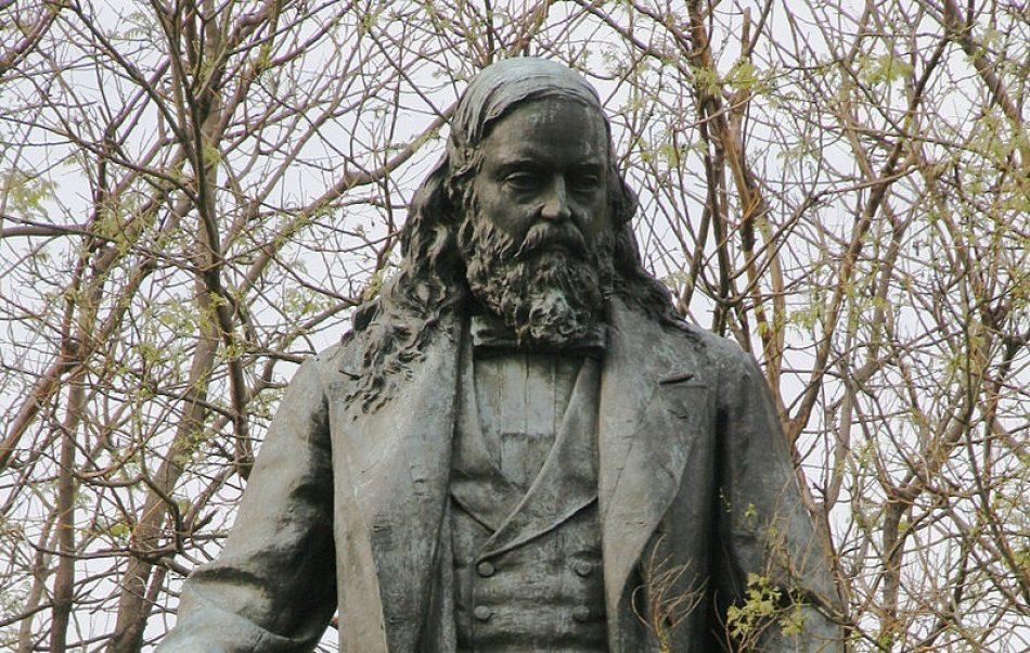 Derriban la estatua al confederado Albert Pike en Washington